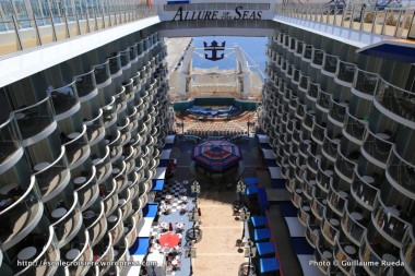 Allure of the Seas - Pool and Sports zone - Vue Boardwalk