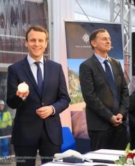 2016-02-01 MSC Meraviglia - Saint Nazaire - pièce et signature de contrat - Emmanuel Macron et Laurent Castaing, Directeur General de STX France