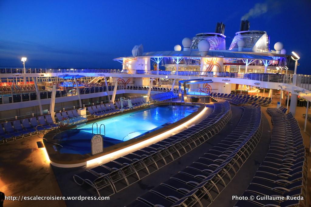 Harmony of the Seas by night - Piscine