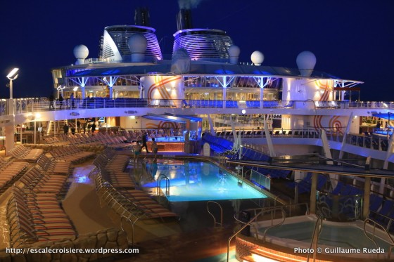 Harmony of the Seas by night - Piscine