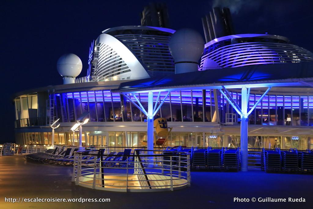 Harmony of the Seas by night - Splashaway Bay - Suite Lounge