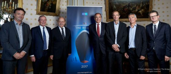 Les membres de l'association The Bridge avec Jean-Yves Le Drian, Ministre de la Défense