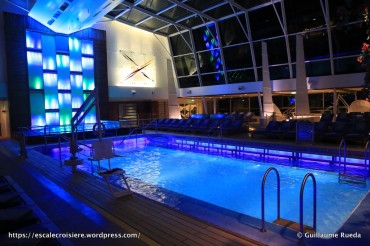Celebrity Equinox - Piscine intérieure by night