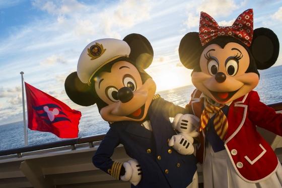 Captain Mickey et l'hôtesse Minnie