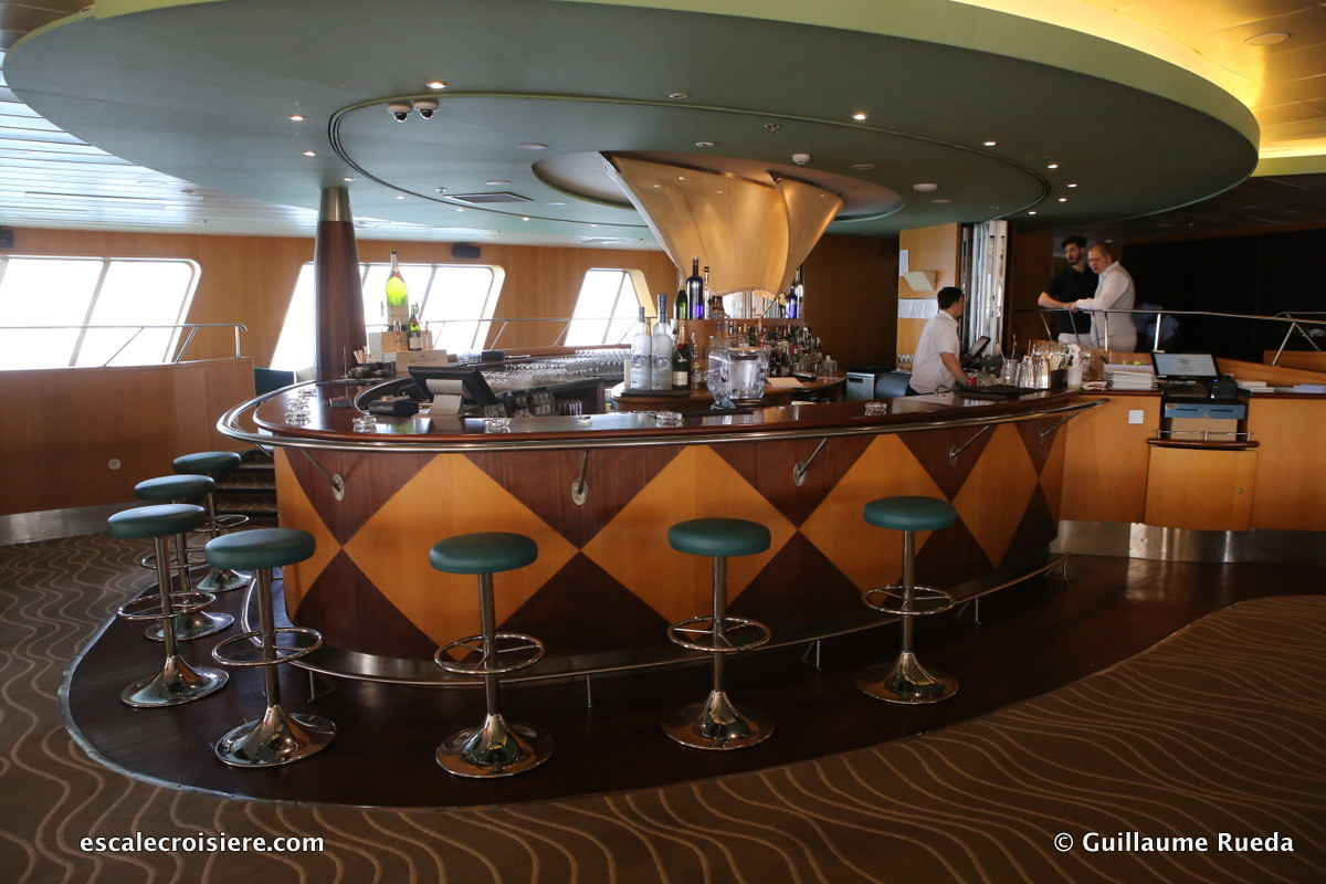 Queen Elizabeth 2 - Yacht Club
