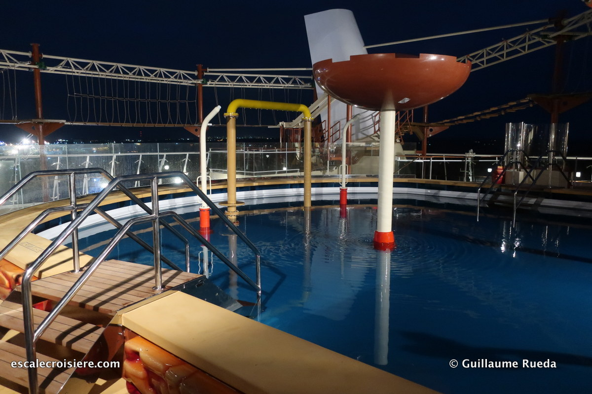 MSC Bellissima by night - Aquapark