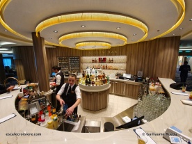 Atrium bar - Norwegian Encore